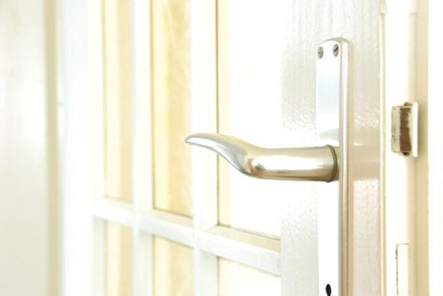 Z jakiego tworzywa produkowane są klamki do drzwi